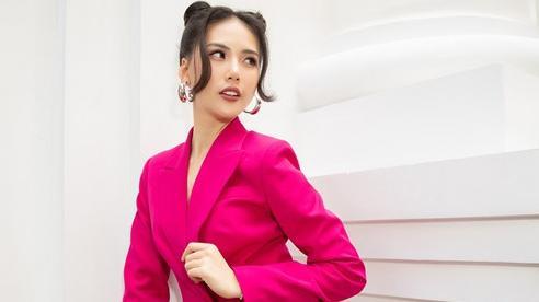 Siêu mẫu Quỳnh Hoa búi tóc natra đi làm cố vấn