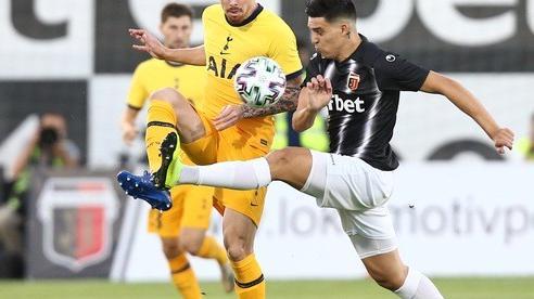 Plovdiv 'tặng quà' thẻ đỏ và phạt đền, Tottenham thoát hiểm Europa League