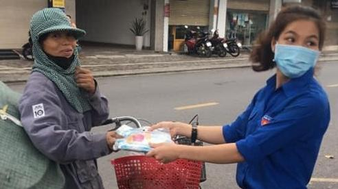 Hình ảnh đẹp tại điểm phát cơm miễn phí ở Đà Nẵng: 'Cô chỉ nhận áo mưa, còn cơm cô nhường người khác cần hơn. Nhà cô nấu cơm rồi con...'