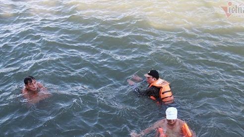 Mặc biển cấm, dân Hạ Long đua nhau tắm tại bãi tự phát mùa nóng