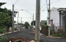 CHUYỆN LẠ: Chỉnh trang đô thị bằng cách đưa cột điện... ra lòng đường