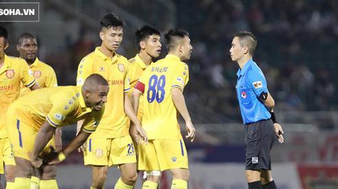 VFF tăng nặng án phạt, trọng tài khiến Nam Định mất 3 quả phạt đền nhận thêm tin dữ