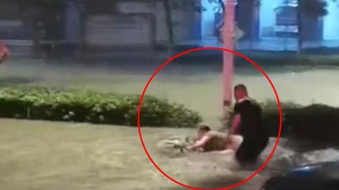 'Đại hồng thủy' xuất hiện giữa lòng thành phố xoáy thẳng vào những chiếc xe hơi, một người phụ nữ đi xe đạp điện bị nước cuốn trôi