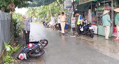 2 xe máy va chạm trên đường lộ làng, 3 người thương vong