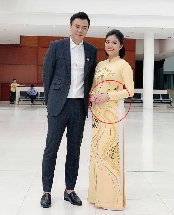 Hoàng Linh chụp ảnh cùng MC Tuấn Tú.