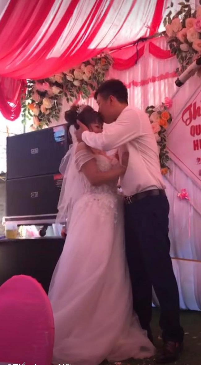 Chú rể cưỡng hôn cô dâu.