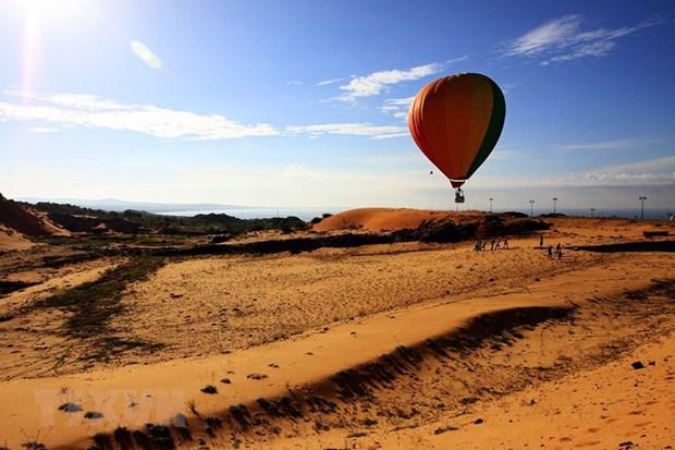 Bay trên đồi cát Bình Thuận tại Lễ hội Khinh khí cầu quốc tế - Phan Thiết, Bình Thuận lần thứ nhất. (Ảnh: Quang Hải/TTXVN)