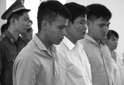 Ba cựu quản giáo thay nhau tra tấn một thiếu niên 17 tuổi.