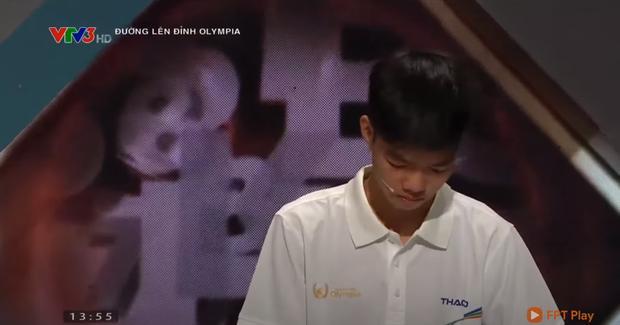 Anh Khôi tiếc nuối cúi gằm mặt khi MC công bố kết quả. (Ảnh chụp màn hình)
