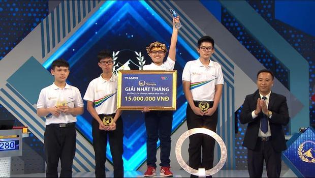 Nam sinh Quang Huy đến từ THPT Ba Vì (Hà Nội) giành được vòng nguyệt quế. (Ảnh: Fanpage Đường lên đỉnh Olympia)