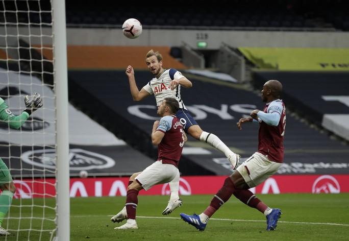 Harry Kane đưa Tottenham vượt lên dẫn 3-0 trong vòng 16 phút