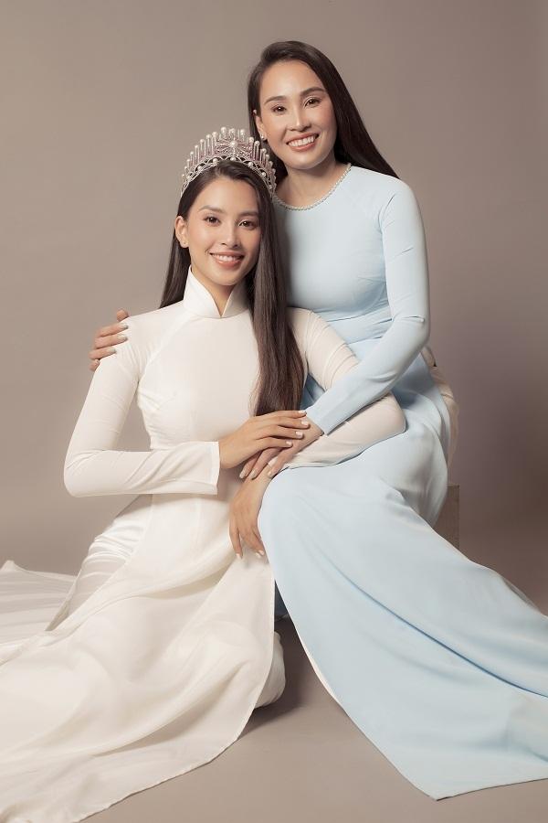 Ở độ tuổi U40, mẹ Tiểu Vy vẫn rạng ngời tươi trẻ. Hoa hậu Tiểu Vy chia sẻ: 'Ngày 20/10 lần này, tôi muốn làm điều gì đó đặc biệt cho mẹ. Với tôi, người phụ nữ đẹp nhất là mẹ, vì muốn lưu giữ những khoảnh khắc đẹp của 2 mẹ con nên tôi đã quyết định thực hiện bộ ảnh lần này'.