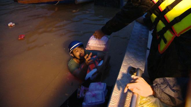 Người đàn ông kéo thuyền đi nhận đồ cứu trợ, hình ảnh khiến nhiều người xót xa