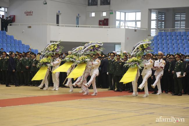 Các đoàn lãnh đạo cơ quan Đảng, Nhà nước, Bộ Quốc phòng dâng vòng hoa trước anh linh 22 cán bộ, chiến sĩ hy sinh.
