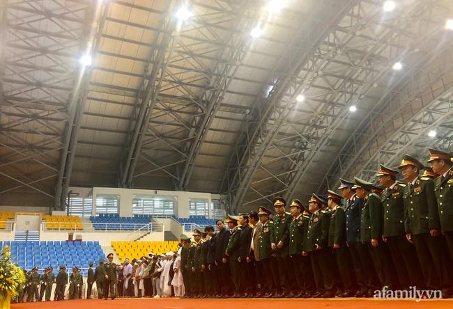 Trong lúc lãnh đạo quân khu 4 đọc điếu văn truy điệu, hàng nghìn người dân, cán bộ chiến sĩ có mặt trước linh cữu của các cán bộ, chiến sĩ đoàn 337 hi sinh.