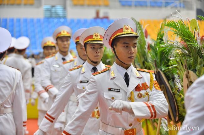 Đại lễ phục trắng đầy trân trọng trong lễ truy điệu.