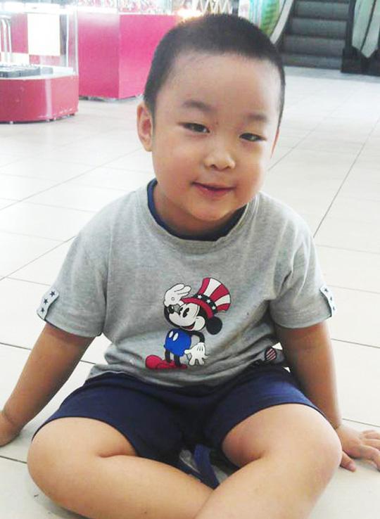 Cậu bé Phạm Tuấn Minh hồi nhỏ.