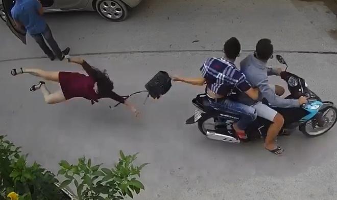 Bị giật túi xách, người phụ nữ ngã đập mặt xuống đường. Ảnh: Cắt từ clip