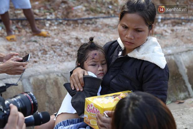 Chị Hồ Thị Hà (28 tuổi) cùng con gái Hồ Hà Mi (8 tuổi), Hồ Thị Sa Ni (3 tuổi) và bà ngoại may mắn thoát chết, ông ngoại của chị đã tử vong