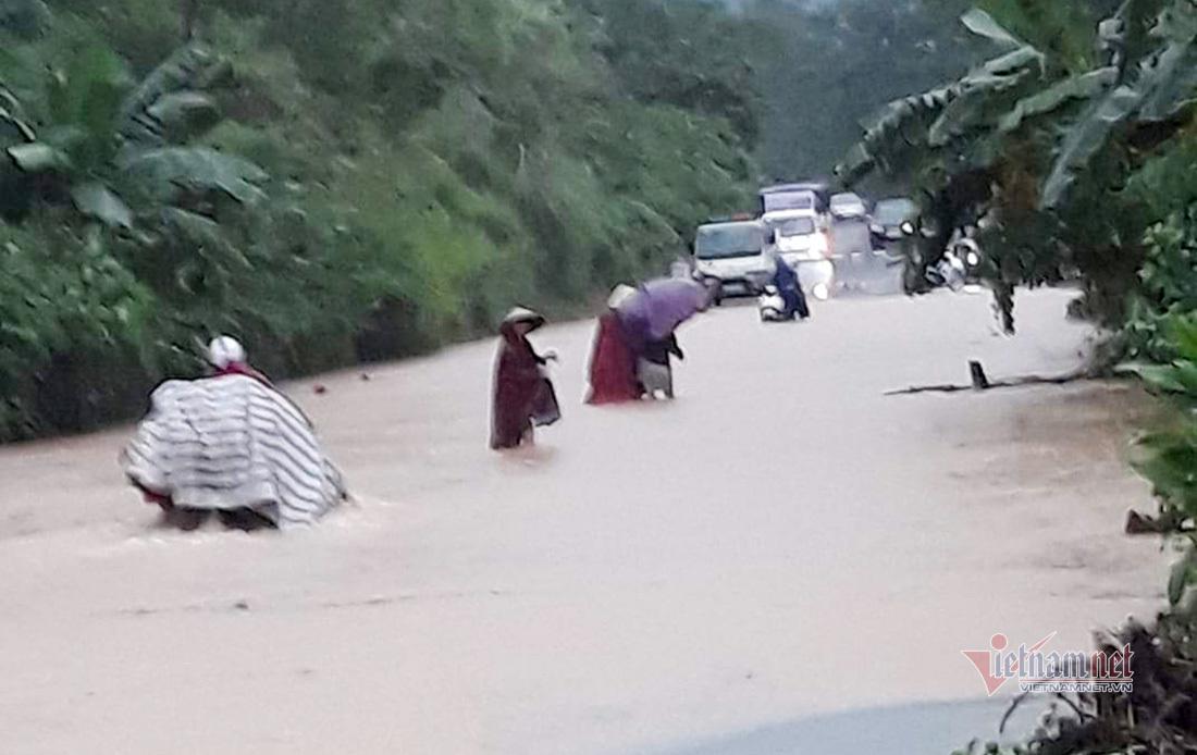 Tuyến đường mòn Hồ Chí Minh qua đoạn xã Khai Sơn bị ngập nước khiến người dân đi lại khó khăn