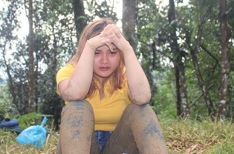 Em Hồ Thị Hoài ngồi khóc hướng về người thân mất tích