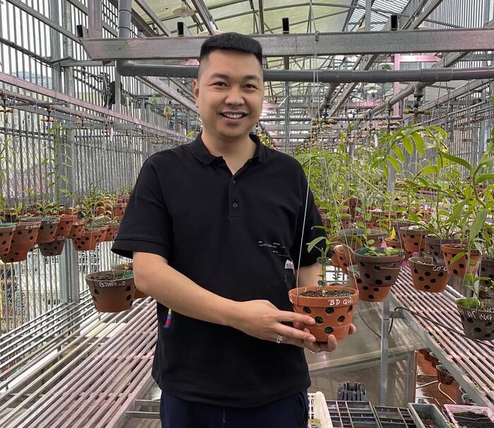 Anh Đỗ Bảo Dũng và cây hoa lan 5 cánh trắng Bảo Duy trị giá 4tỷ 239 triệu đồng.