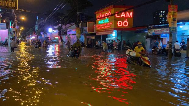 Tuyến đường Phan Huy Ích tiếp tục biến thành sông sau mưa lớn