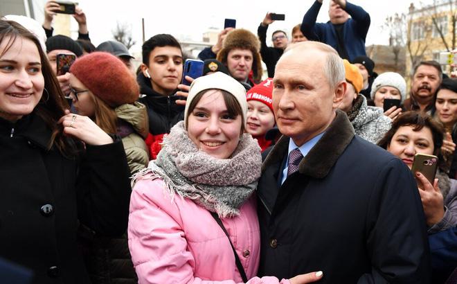 Tổng thống Putin và người dân Nga. Ảnh: AP