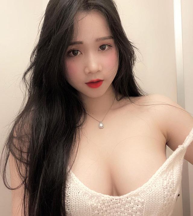 Nữ sinh mặc áo dài xinh như thiên thần nhưng body chữ S