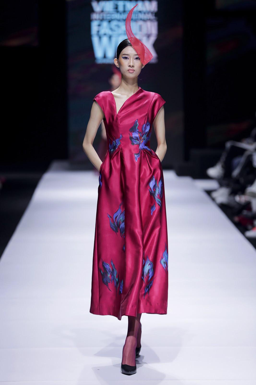 Vốn nổi tiếng là bậc thầy trong việc kết hợp nghệ thuật và thời trang, NTK Tiny Ink by Hoàng Quyên tiếp tục trình làng BST 'Keep Blooming' với những họa tiết thủ công uốn lượn trên nền lụa sắc sảo