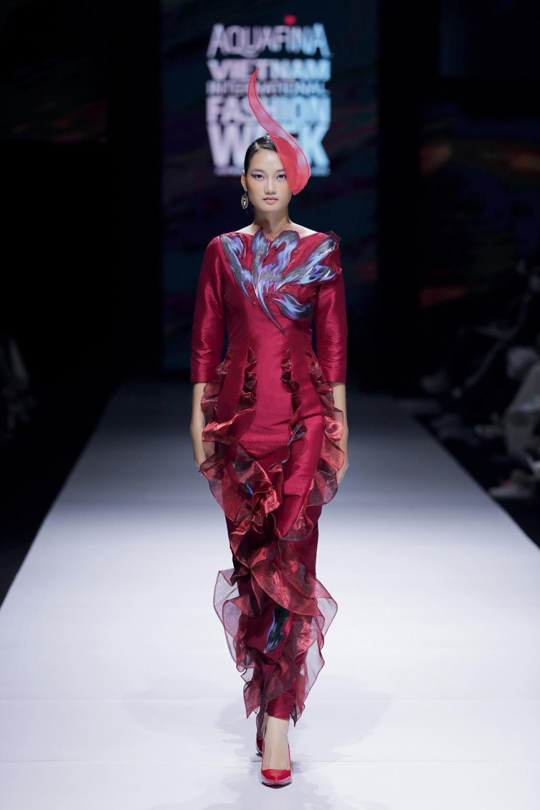 Với những bước đi uyển chuyển và chuyên nghiệp, Quỳnh Anh thể hiện trọn vẹn thần thái sang trọng, quý phái nhưng cũng không kém phần nhã nhặn, thanh tao