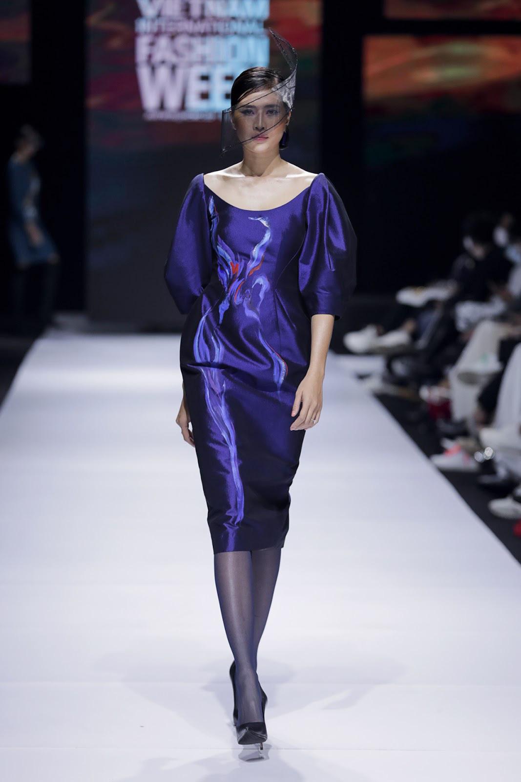 Sự độc đáo, tinh tế của những bức họa thủ công uyển chuyển trên nền vải, góp phần truyền tải được toàn bộ nét đẹp quý phái và nhẹ nhàng của người phụ nữ Việt Nam