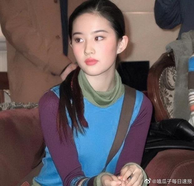 Ảnh cũ của Lưu Diệc Phi cách đây nhiều năm. Dù trang phục có phần lỗi mốt nhưng nhan sắc của cô nàng mới chiếm trọn spotlight