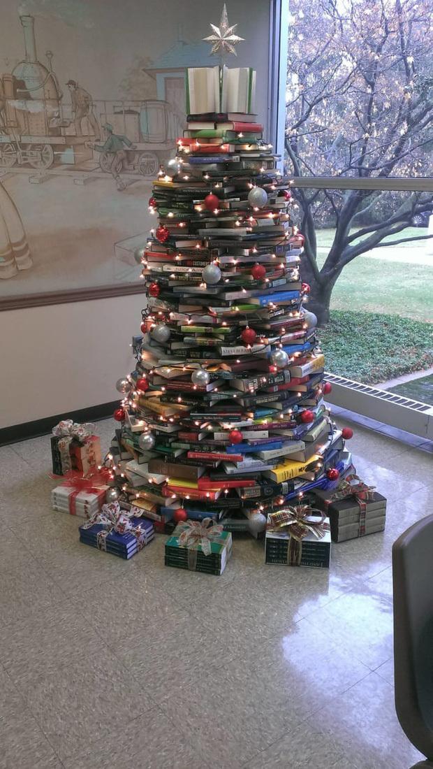 Cây thông Noel bằng sách cũng rất sáng tạo đấy chứ!