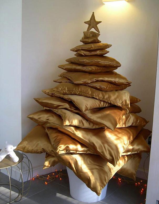 Cây thông Noel bằng những chiếc gối trông thật độc đáo và ấm áp.