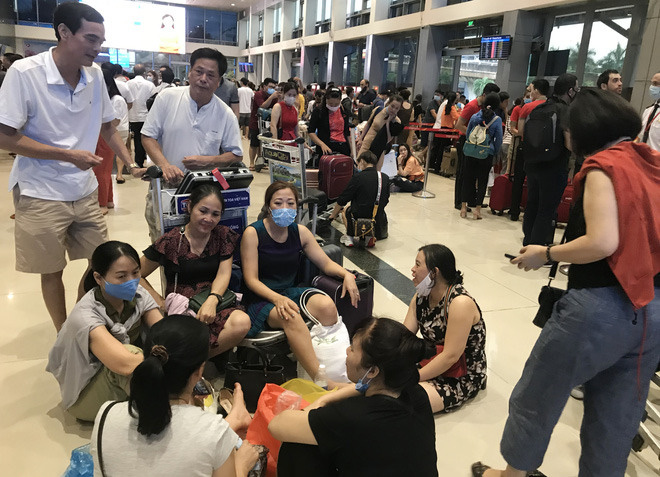 Tại sảnh ga nội địa, hàng trăm hành ngồi la liệt khắp nơi để chờ bay sau sự cố.
