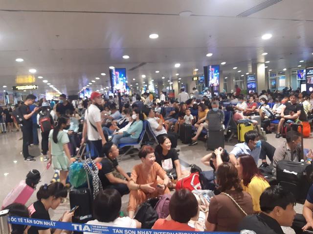Hành khách đi máy bay ùn ứ tại sân bay Tân Sơn Nhất do nhiều chuyến bay bị hoãn chuyến, chậm chuyến.