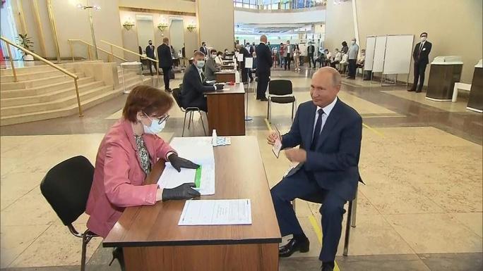 Ông Putin đi bỏ phiếu. Ảnh: RUSSIAN POOL