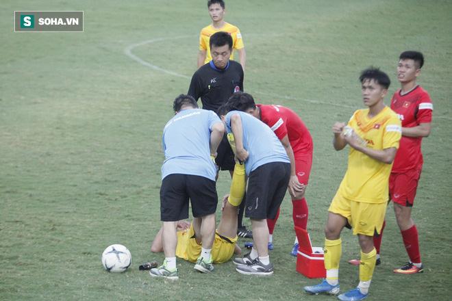 Điều này khiến thầy Park từ trên khán đài phải gọi các trợ lý, yêu cầu cho đội có quãng nghỉ uống nước ở giữa mỗi hiệp đấu.