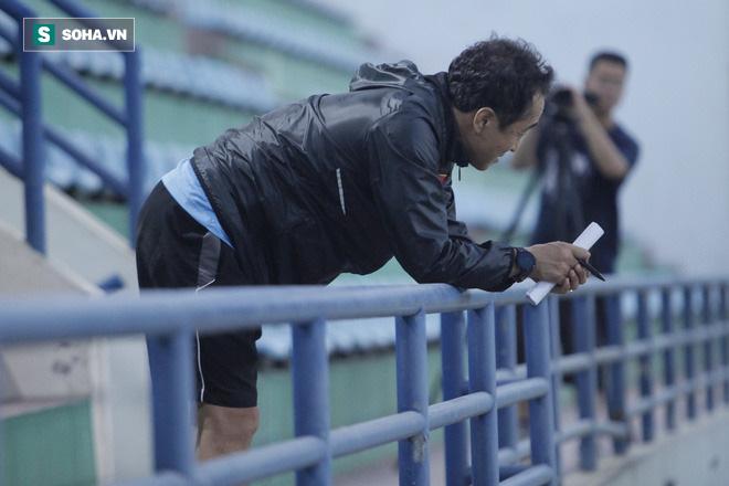 Trợ lý Lee Young-jin cũng không tránh được cảm xúc không vui. Rõ ràng để chuẩn bị cho SEA Games 31 trên sân nhà vào năm sau, ban huấn luyện U22 Việt Nam sẽ còn rất nhiều việc phải làm.