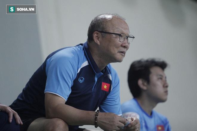 Điều này cứ thế lặp lại khiến cho về những phút cuối, quân số trên sân càng giảm đi, chỉ còn 10 đấu 10, rồi cuối cùng là 9 đấu 9 khi trậu đấu kết thúc. Ngồi trên khán đài, HLV Park Hang-seo có nhiều biểu cảm khó tả.