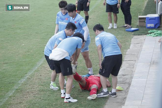 Đội ngũ bác sỹ của U22 Việt Nam có một ngày làm việc vất vả khi liên tục phải chăm sóc các cầu thủ. Vấn đề chủ yếu mà các cầu thủ gặp phải là bị chuột rút.