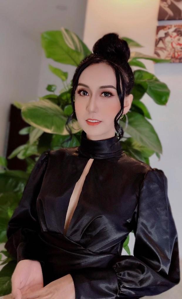 Diện trang phục cắt xẻ táo bạo và trang điểm kỹ càng, Lynk Lee trông quyến rũ hơn hẳn.