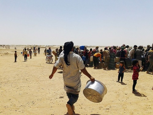 Người tị nạn Syria tập trung để nhận hàng hóa viện trợ. Ảnh: AP