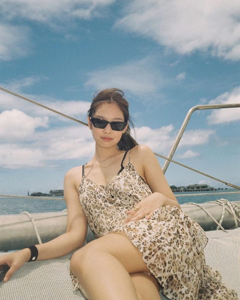 Mandoo nhà Hắc Hườngchọn cho mình 1 bộ váy 2 dây họa tiết da báo khá mong manh, khoe ra làn da trắng ngần trên tàu tại bãi biển. Set đồ trông cực hợp với không khí mùa hè.