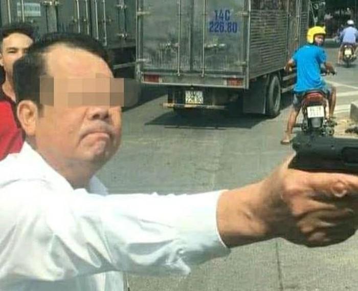 Người đàn ông dùng súng là Nguyễn Văn Sướng, SN 1968 ở Lãm Trại, Vân Dương, TP Bắc Ninh, hiện là Giám đốc Công ty TNHH Dịch vụ bảo vệ Hàm Long (địa chỉ số 15 Hai Bà Trưng, Suối Hoa, TP Bắc Ninh).