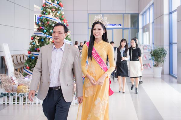 Hoa hậu Đỗ Thị Hà xúc động bật khóc trong ngày về thăm trường cùng ba mẹ 0