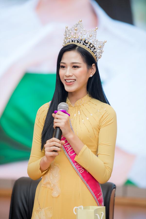 Hoa hậu Đỗ Thị Hà xúc động bật khóc trong ngày về thăm trường cùng ba mẹ 4