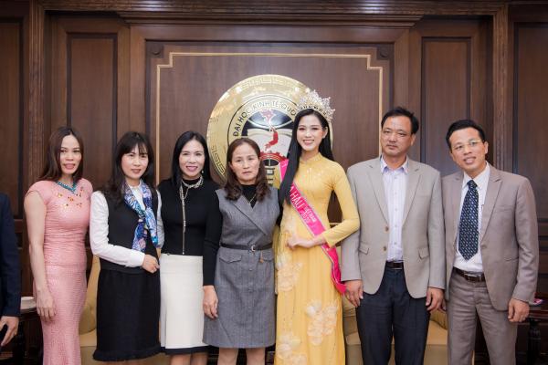 Hoa hậu Đỗ Thị Hà xúc động bật khóc trong ngày về thăm trường cùng ba mẹ 3