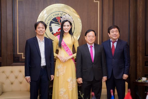 Hoa hậu Đỗ Thị Hà xúc động bật khóc trong ngày về thăm trường cùng ba mẹ 2